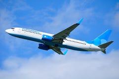 Pobeda航空公司波音737下架Gen飞机在天空飞行在从普尔科沃国际机场的离开以后在圣徒皮特 免版税库存图片