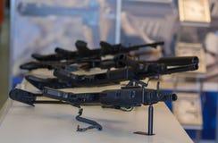 Pobiera próbki broń automatyczną na kontuarze Zdjęcia Royalty Free