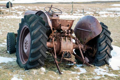 Pobliski VIK/ICELAND - FEB 02: Ośniedziały ciągnik Porzucający w Iceland o Fotografia Stock