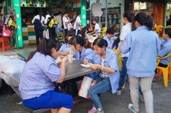 Pobocza jedzenie opóźnia pracownicy je przekąski Zdjęcie Royalty Free