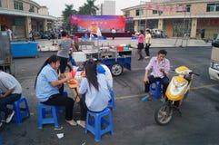 Pobocza jedzenie opóźnia pracownicy je przekąski Fotografia Royalty Free