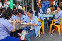 Pobocza jedzenie opóźnia pracownicy je przekąski Obrazy Royalty Free