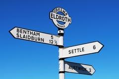 Pobocze kierunkowskaz przy Eldroth, North Yorkshire obraz stock
