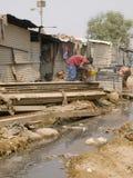 Pobre hombre en los tugurios en la India Foto de archivo libre de regalías