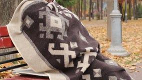 Pobre homem só envolvido na cobertura que senta-se no banco no parque, pensando sobre a vida filme