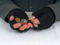 Pobreza, dificuldade - contando as moedas de um centavo BRITÂNICAS Imagens de Stock