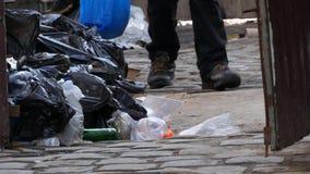 Pobreza: Um homem desabrigado do mendigo escava em uma lata de lixo filme