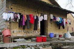 Pobreza - vivienda pobre en un pueblo Imágenes de archivo libres de regalías