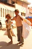Pobreza y tristeza por todas partes; 2 streetkids una muchacha y un paseo del muchacho imagen de archivo libre de regalías