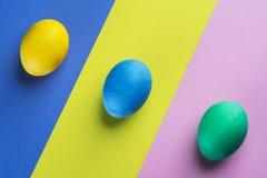 Pobrudzeni Wielkanocni jajka jako atrybut Wielkanocny świętowanie na kolorowym tle zdjęcie stock