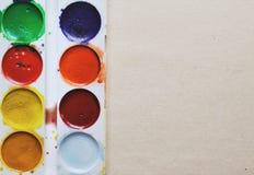 Pobrudzone farby na beżowym starym textured papierowym tle Obrazy Royalty Free