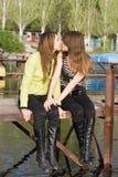 pocałuj dwie piękne dziewczyny Obrazy Stock