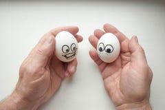 pocałunek miłości człowieka koncepcja kobieta śmieszni jajka na rękach Fotografia Stock
