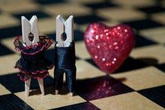 pocałunek miłości człowieka koncepcja kobieta Clothespins: romantyczna para Zdjęcie Royalty Free