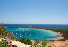 Poca bahía azul - Cerdeña - Italia Fotos de archivo libres de regalías