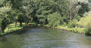 Poca bahía en el lago schwerin para los botes pequeños