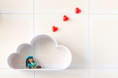 Poca bambola in una nuvola che pensa all'amore Fotografia Stock Libera da Diritti