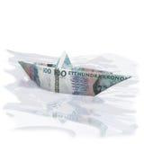 Poca barca di carta con 100 corone svedesi Immagine Stock