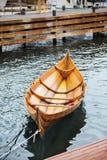 Poca barca di legno su acqua Fotografie Stock Libere da Diritti
