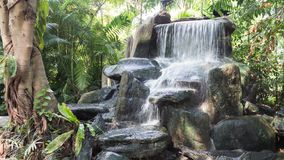 Bella cascata nel giardino Fotografia Stock Libera da Diritti