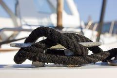 Poca bitta della barca con il nodo marino nero del cavo Immagini Stock Libere da Diritti
