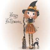 Poca bruja linda de la muchacha de Halloween con el gato negro Imágenes de archivo libres de regalías