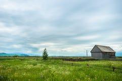 Poca cabaña con el cielo azul Fotografía de archivo