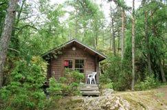 Poca cabaña en bosque finlandés Foto de archivo