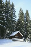 Poca cabaña en la nieve imagen de archivo