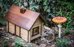 Poca cabina de madera en el bosque Imagen de archivo libre de regalías