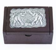 Poca caja de madera con textura de los elefantes de la placa de acero Imagen de archivo libre de regalías