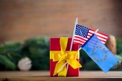Poca caja de regalo con las banderas de los E.E.U.U. y de la UE Fotografía de archivo
