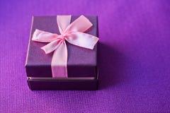 Poca caja de regalo en púrpura Imágenes de archivo libres de regalías