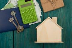 poca caja en blanco de la casa, de las llaves, de la calculadora, del pasaporte, del dinero y de regalo foto de archivo libre de regalías