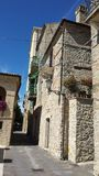 Poca calle en Crecchio Abruzos Italia Foto de archivo libre de regalías