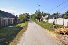 Poca calle en la pequeña ciudad suburbio Imagen de archivo libre de regalías