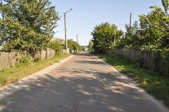 Poca calle en la pequeña ciudad suburbio Foto de archivo libre de regalías