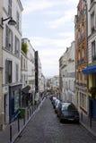 Poca calle estrecha en París Imagen de archivo libre de regalías