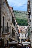 Poca calle tipical en la ciudad vieja de Dubrovnik Foto de archivo libre de regalías