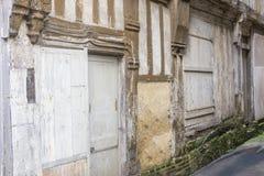 Poca calle vieja del guijarro en Normandía, Francia, ciudad histórica Fotos de archivo libres de regalías