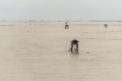 Poca capanna nel mare al colpo Taboon, Phetchaburi, Tailandia fotografia stock libera da diritti