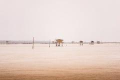 Poca capanna nel mare al colpo Taboon, Phetchaburi, Tailandia immagini stock libere da diritti