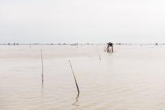 Poca capanna nel mare al colpo Taboon, Phetchaburi, Tailandia immagini stock