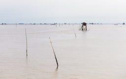 Poca capanna nel mare al colpo Taboon, Phetchaburi, Tailandia Immagine Stock Libera da Diritti