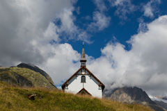 Poca capilla dentro de las montañas Fotos de archivo libres de regalías