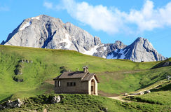 Poca capilla en el paso Pordoi, dolomías italianas Imagen de archivo