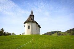 Poca capilla en las montañas, Suiza Foto de archivo