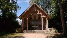 Poca capilla en Notre Dame de Grace en Honfleur, Normandía Francia almacen de metraje de vídeo