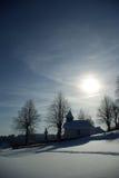 Poca cappella snow-bound prima del tramonto Immagine Stock Libera da Diritti