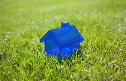 Poca casa blu su erba Fotografia Stock Libera da Diritti